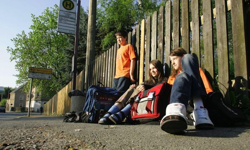 Vergebliches Warten von Schülern auf den Bus auch in Hohenstein-Ernstthal - hier an einer Bushaltestelle an der Lungwitzer Straße.
