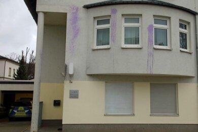Unbekannte haben den Polizeistandort in Crimmitschau mit Farbbeuteln beworfen.