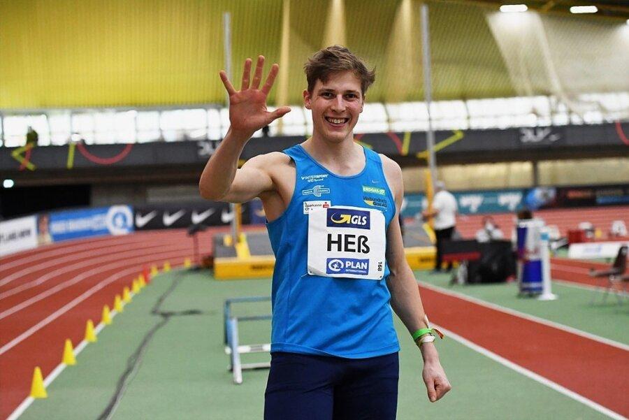 Das war der fünfte Streich. Dreispringer Max Heß zeigt es lächelnd an.