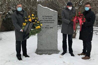 Gedachten der Opfer des Fliegerangriffs auf Reichenbach vom 21. März 1945: OB Raphael Kürzinger (l.) sowie Henry Ruß und Johannes Höfer (r.) von der Partei Die Linke. Foto: Gerd Betka