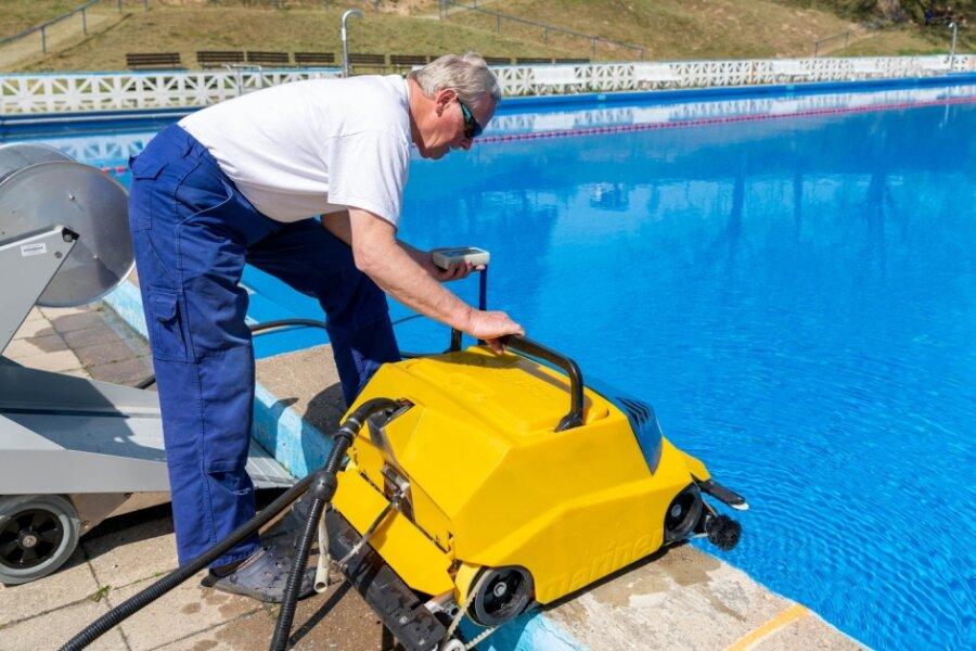 Schwimmmeister Lutz Porsche mit dem Beckensauger im Freibad Geringswalde. Frühestens im Juni kann der öffentliche Badbetrieb starten.