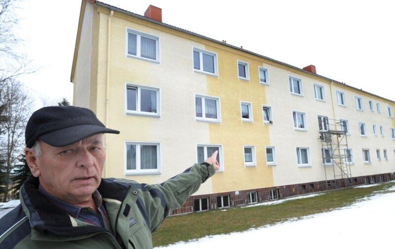 "<p class=""artikelinhalt"">Mieter Helmut Thimon aus Hartmannsdorf freut sich, dass an seinem Wohnhaus an der Feldstraße 8 Balkone angebaut werden sollen. </p>"