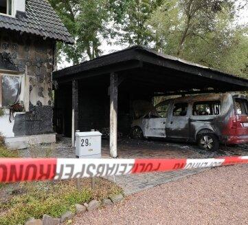 An der Rabensteiner Straße griff das Feuer vom Carport auf das Wohnhaus über.