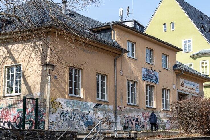 """Das Haus Friedensstraße 3 in Treuen, in dem das Jugendzentrum Treuener Land Juzet und der Hort der """"Villa Kunterbunt"""" untergebracht sind. Die Sanierung des Gebäudes wird teuerer als geplant.Foto: David Rötzschke"""