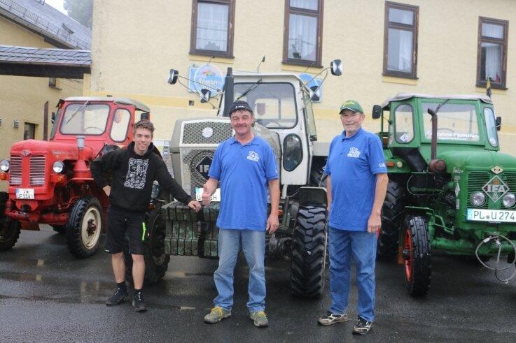 Uli Lein (rechts) und Uwe Flemming mit Sohn Dominik mit ihren Traktoren. Am Wochenende waren sie damit im Vogtland unterwegs.