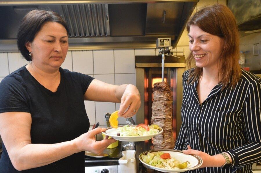 Seit 2016 arbeitete Medea Zurabiani (links) im griechischen Restaurant von Sandra Baier (rechts) auf dem Kaßberg. Im August wurde sie dann abgeschoben - aber Baier kämpft nun um ihre Rückkehr.