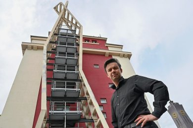 Architekt Rico Sprenger vor der Rettungstreppe im Wirkbau-Komplex, die er entworfen hat.