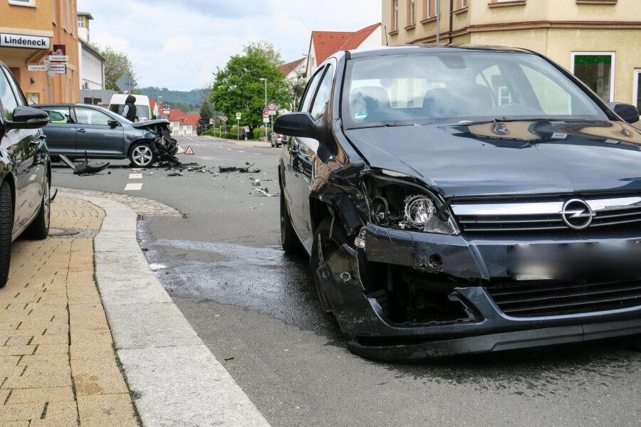 Unfall auf Kreuzung - eine Person verletzt