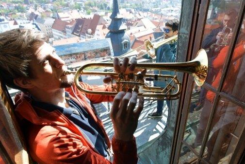 Stefan Leitner mit seiner Trompete auf dem Petriturm.