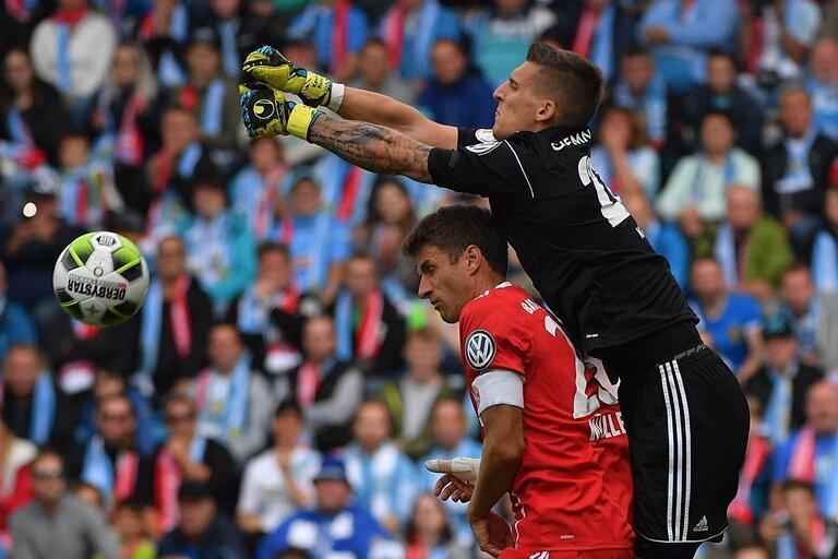Der Chemnitzer Keeper Kunz setzt sich hier gegen Thomas Müller durch.