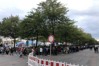 Ansturm zum Tag der Einheit: Am Samstag bildete sich eine lange Schlange am Eingang des Herbstvolksfestes in Zwickau.