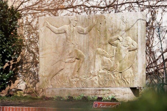 Ein Relief des in den 1930er-Jahren geplanten Wagner-Denkmals stand lange im Gut Ermlitz bei Leipzig. Nun haben es der Wagner-Verein und das Stadtgeschichtliche Museum mit einem weiteren angekauft, um sich mit dem schwierigen Erbe auseinanderzusetzen.