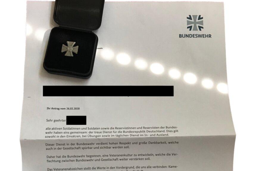 Das Veteranenabzeichen der Bundeswehr wird mit einem Formschreiben per Post an den Antragsteller versandt.