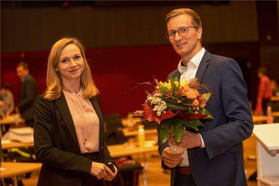 Glückwünsche von der unterlegenen Konkurrentin Nicole Laurinat: Tobias Kämpf ist Plauens neuer Kulturbürgermeister.