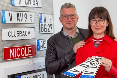 Schließen sich der Mehrheit an: Doreen und Nils Gläser haben für ihren Old-timer, einen A3, das Vogtland-V prägen lassen.