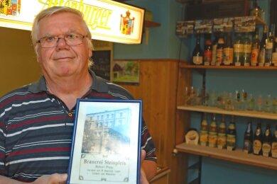 Peter Schreiber in seinem kleinen Getränkeladen, der kurz vor seinem 30. Jubiläum steht. Ein Bild der einstigen Steinpleiser Brauerei gehört mit zur Einrichtung.