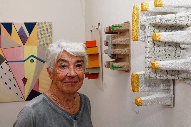 """Ilona Langer in der """"Kleinen Galerie"""" am Hohensteiner Altmarkt mit ihrem Werk """"Bankenviertel mit Klagemauer""""."""