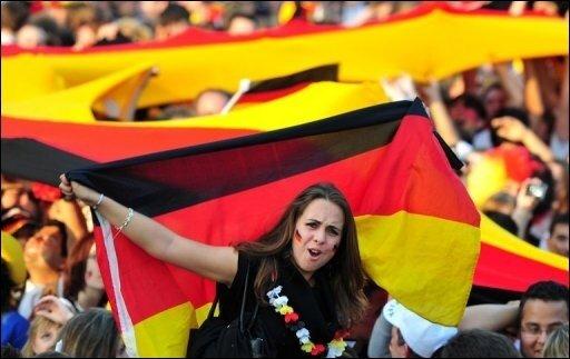 Zwei Stunden vor Anpfiff des WM-Viertelfinales gegen Argentinien sind die Fanmeilen überall in Deutschland prall gefüllt. Allein in Berlin kamen 400.000 Menschen bei knapp 40 Grad auf die Fanmeile am Brandenburger Tor.