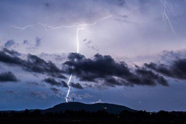 Der Deutsche Wetterdienst (DWD) warnt vor schweren Gewittern.