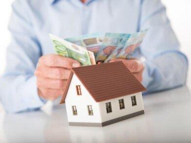Immobilien können auch nur teilweise verkauft werden. Der Vorteil: Die eigenen vier Wände können weiter genutzt werden.