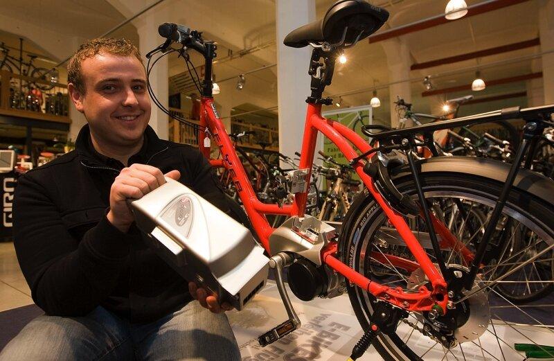 """<p class=""""artikelinhalt"""">Daniel Dorst vom Bikehouse Plauen zeigt eines der Flyer-Elektroräder. Fahrräder dieses Typs werden an den Verleihstationen stehen. In der Hand hält Dorst einen Fahrradakku. Das Bikehouse Plauen gehört zu den Projekt-Partnern des Vogtlandkreises. </p>"""