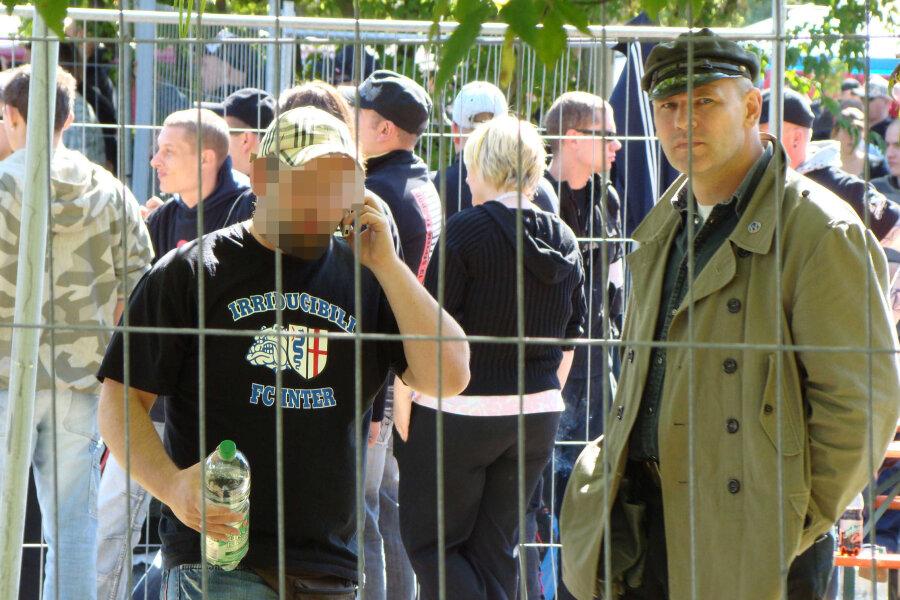 """Thomas G. (links) mit dem Hamburger Neonazi und NPD-Mitglied Thomas Wulff beim Rechtsrockfestival """"Fest der Völker"""" 2008 in Altenburg."""