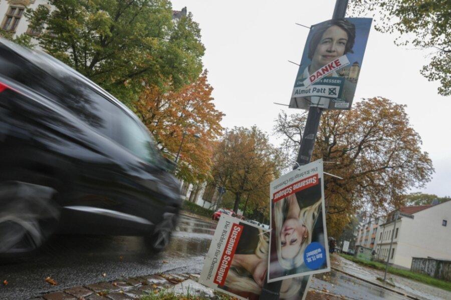 Mit Aufklebern auf ihren Wahlplakaten bedankt sich Almut Patt bei den Wählern. Die gaben allerdings nicht ihr, sondern Sven Schulze den Vorzug. Susanne Schaper landete auf dem dritten Rang.