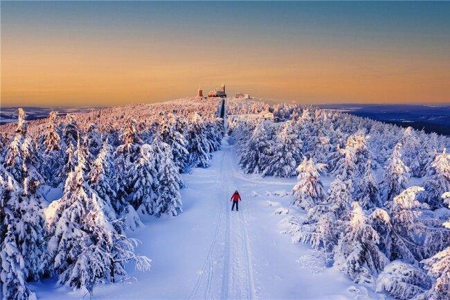 Einen Sonnenuntergang auf dem verschneiten Fichtelberg hat Jenny Sturm aus Kabelsketal in Sachsen-Anhalt eine tolle Kulisse beschert, die sie fotografisch hervorragend in Szene setzte. Tiefenwirkung, Bildausschnitt, Zusammenspiel der Farben und als i-Tüpfelchen der Skiläufer in roter Jacke: Ein rundum stimmiges Foto.