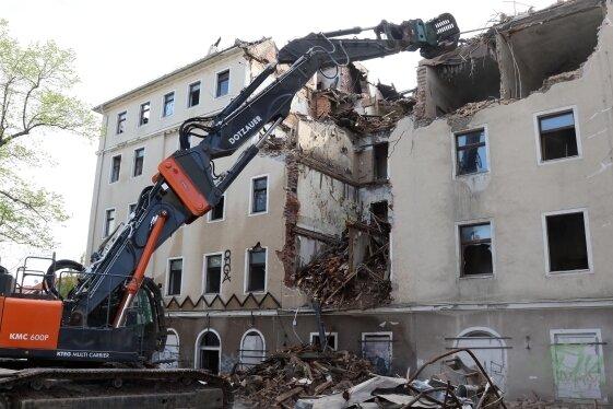 Die Immobilie war nicht mehr zu retten. Etwa vier Wochen sollen die Abrissarbeiten dauern.