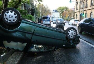 Ein Pkw hat sich bei einem Unfall überschlagen.