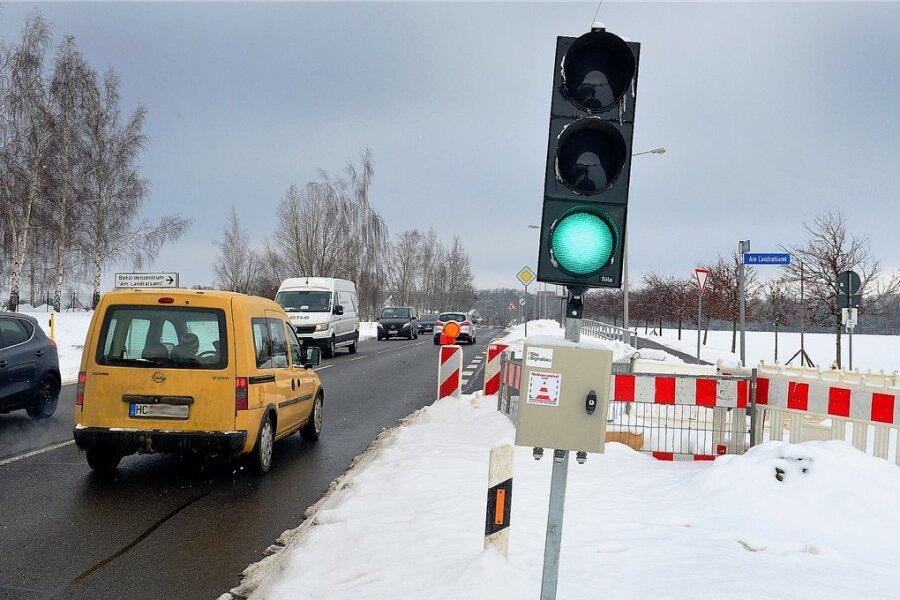 Per Ampel geregelt wird der Verkehr auf der Chemnitzer Straße in Mittweida, weil an der Straße zum Landratsamt gebaut wird.