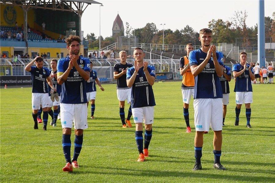 Die Stimmung ist gut. Wie gut die Mannschaft des Chemnitzer FC wirklich ist, ist auch nach dem mit 3:0 gewonnenen Sachsenpokalhalbfinale gegen den Oberligisten Inter Leipzig noch nicht zu beantworten. Im Bild von links: Niklas Hoheneder sowie die Neuzugänge Christian Bickel und Jovan Vidovic.