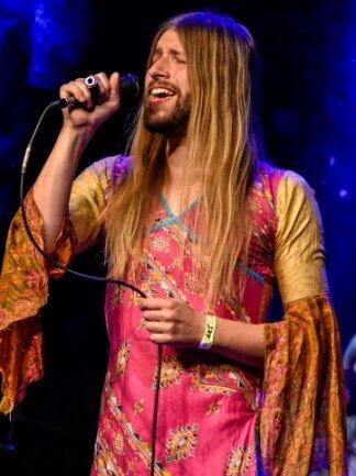 Das schrillste Outfit: Christian Roscher, Sänger von Polis aus Plauen, trat barfuß in einem pinken Kleid mit Flügelärmeln auf. Mehr Blumenkraft (Flower Power) geht kaum.