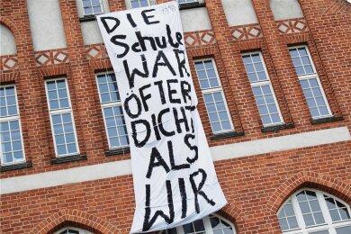 Diese Transparent haben Schüler einer Abschlussklasse im vorpommerschen Stralsund an der Fassade ihrer Schule aufgehängt.