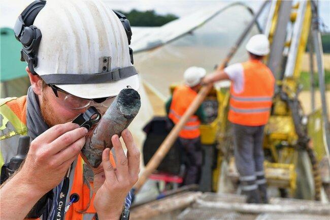 Zum Team an der Bohrstelle gehört auch Geologe Jan Schulz-Isenbeck, Absolvent der TU Bergakademie Freiberg.