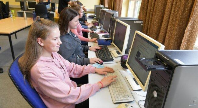 Lilli Achenbach, Michelle Liebscher, Linda Lippmann und Elias Haase (von vorn) aus der Oberschule Brand-Erbisdorf müssen im Informatikunterricht der Klasse 9 noch mit älterer Computertechnik arbeiten. Das soll sich ändern.