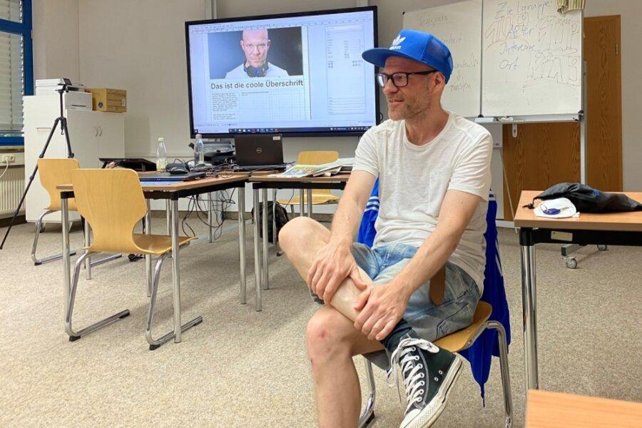 """DJ Dirk Duske in der Oberschule """"Am Flughafen"""", wo er innerhalb eines Projektes zur Berufsorientierung der Handwerkskammer Chemnitz von Schülern der 8. Klasse interviewt wurde."""