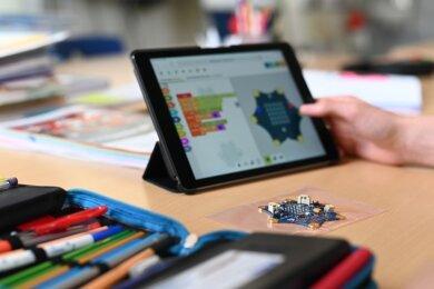 Weil die Schulen geschlossen sind, müssen Schüler auf digitalen Unterricht zurückgreifen - etwa per Tablet. Dennoch wird es Lücken im Lehrplan geben. Das Kultusministerium arbeitet deshalb an Kürzungen.