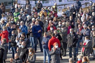 """Maskenpflicht und Abstandsgebot wurden während der Demo """"Erzgebirge steht auf"""" nur bedingt durchgesetzt."""