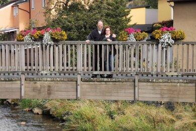 Simone und Carsten Sohn aus Minden haben vor wenigen Tagen in Schwarzenberg - hier ein Schnappschuss auf der übers Schwarzwasser führenden Vorstadtbrücke an der einstigen Herrenmühle - ihr Geschenk zum Hochzeitstag eingelöst. Großen Anteil daran hatte Jörg Möckel aus Langenberg.