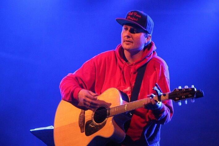 Veranstaltungs-Initiator Christian Wenzel griff im stimmungsvollen Finale des Liedermacher-Konzerts in Plauen selbst zur Gitarre.