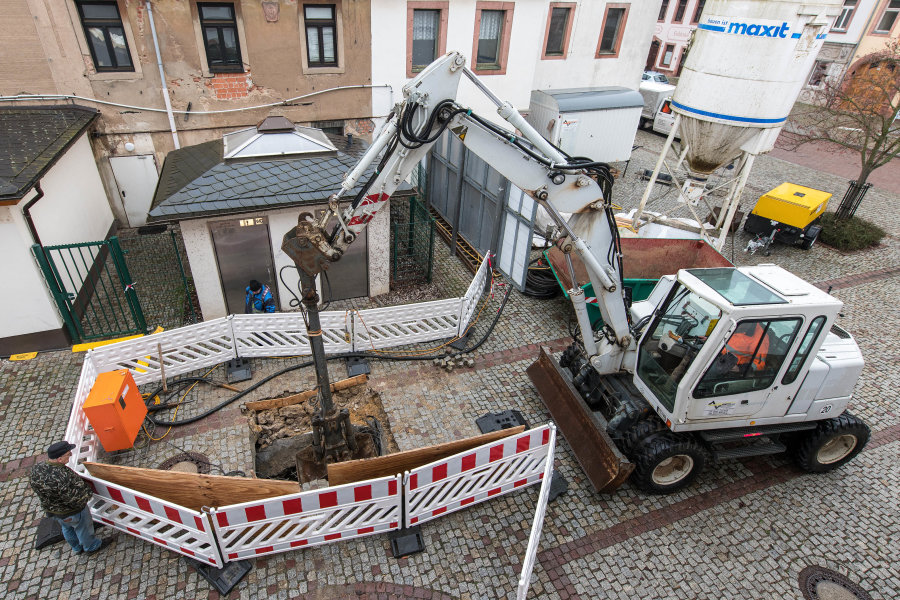 Das Loch hinter dem Rochlitzer Rathaus ist trotz der Sicherung mit Spritzbeton an einer Seite weiter eingebrochen.