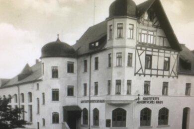 """Das heutige Hostel in früheren Tagen - damals noch mit dem Ballsaal (links) und unter dem Namen """"Deutsches Haus"""". Die Aufnahme stammt aus dem Archiv des Stickereimuseums Eibenstock."""