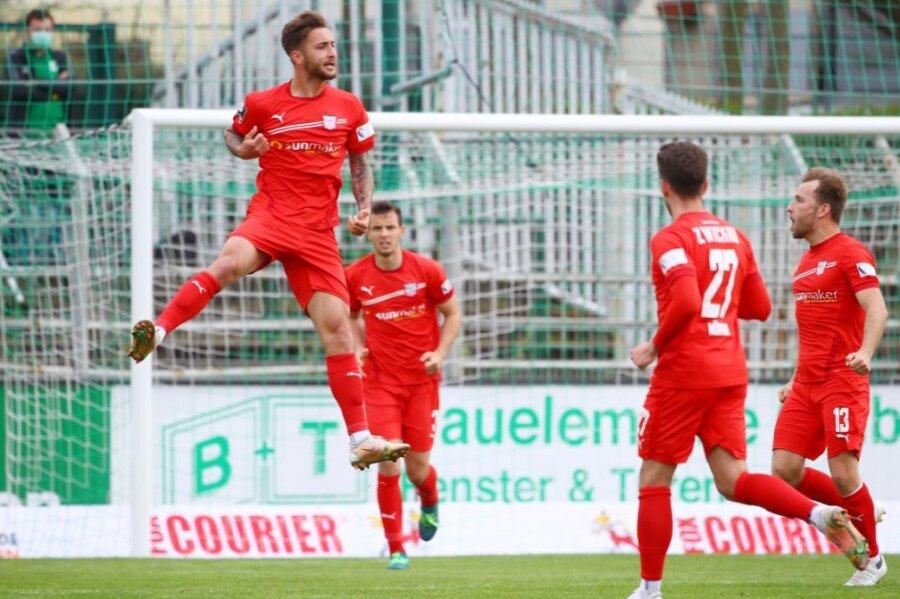 Felix Drinkuth (l.) jubelt über sein Tor im Viertelfinale des Sachsenspokals gegen die BSG Chemie Leipzig.
