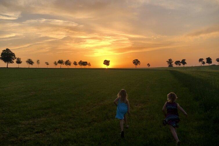 Mädchen wollen den Sonnenuntergang einfangen
