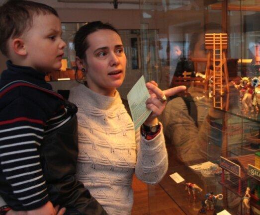 """<p class=""""artikelinhalt"""">Michael und Karoline Peisker bestaunen die Indianer und das dazugehörige Spielzeug in den Vitrinen des Dachgeschosses des Spielzeugmuseums. </p>"""
