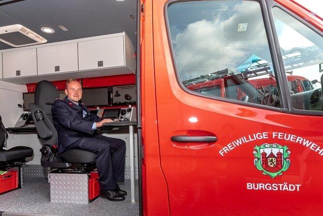 Feuerwehrmann Martin Bothen bedient im neuen Einsatzleitwagen der Burgstädter Freiwilligen Feuerwehr einen der beiden im Fahrzeug installierten Computer-Arbeitsplätze.