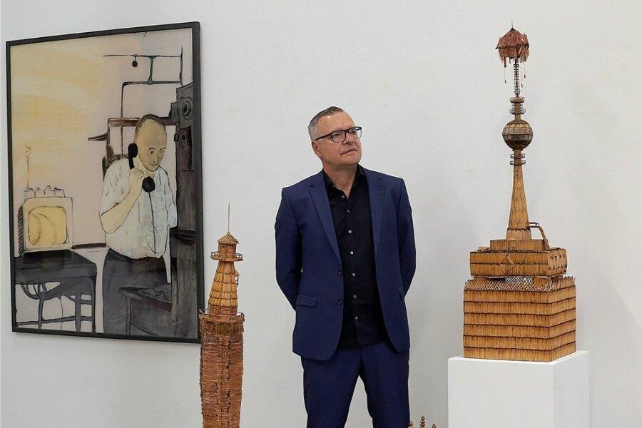 Arbeiter mit Eiern: Der Chemnitzer Maler Jan Kummer in seiner aktuellen Ausstellung in der Baumwollspinnerei Leipzig.