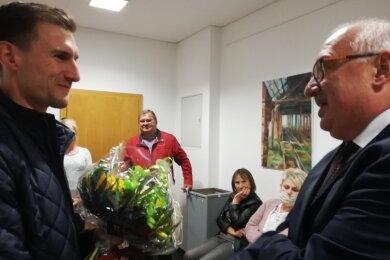 Steffen Ludwig (rechts), Kreisvorsitzender des Städte- und Gemeindetages sowie Reinsdorfer Bürgermeister, gehörte Sonntagabend zu den ersten, die Martin Kunz zum Wahlsieg gratulierten.