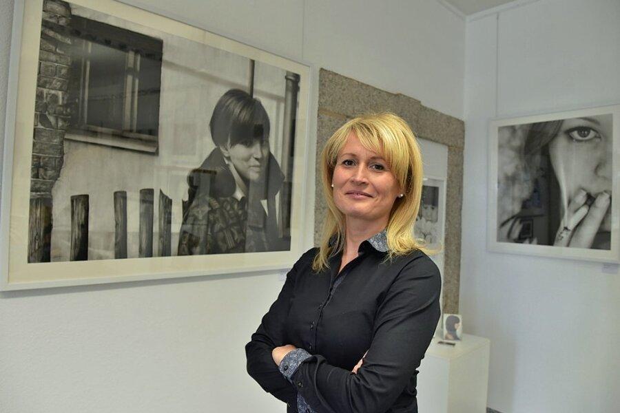 Malerin Jana Geilhof stellt ihre Werke in der Kunst- und Tourismusinformation im Zoephelschen Haus in Oelsnitz aus.